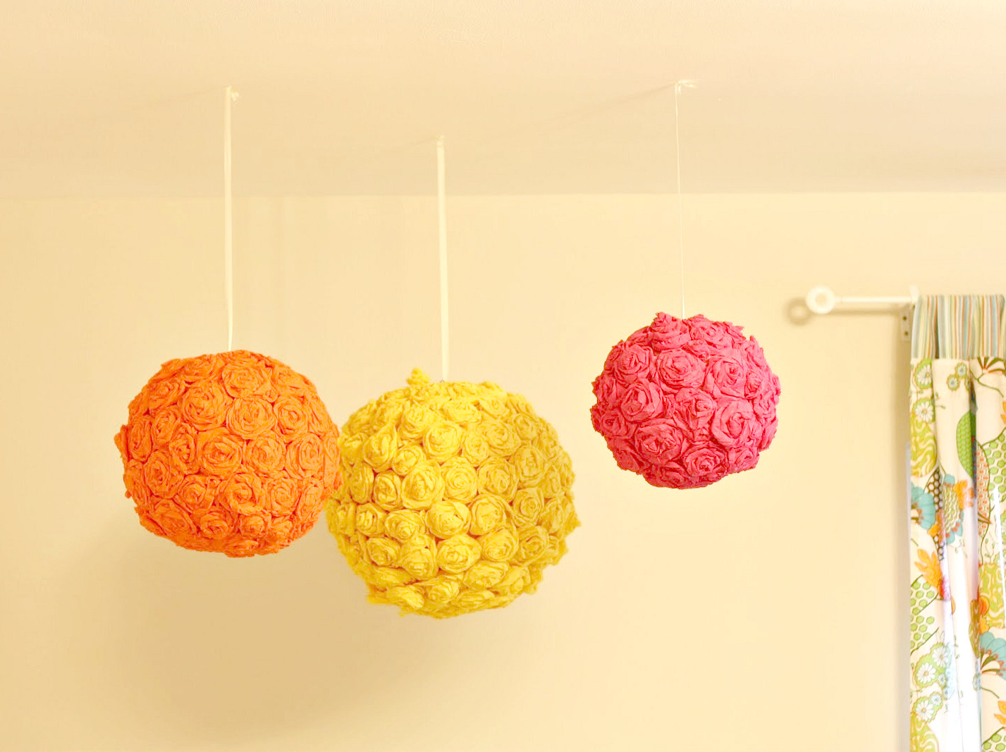 Achei estas lanternas floridas e suspensas perfeitas para um quarto de  #C50622 1427 1067