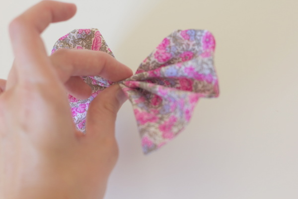 how to make a bow using your fingers