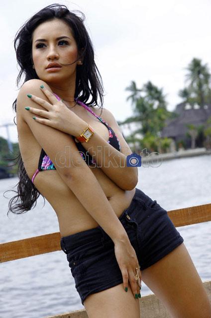 Foto Hot & Seksi Shinta Bachir di Film Pulau Hantu 3