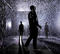 Para se molhar menos, o melhor é correr ou caminhar na chuva?