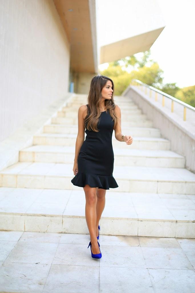 Vestido negro zapatos fucsia