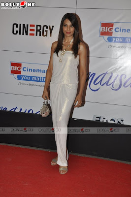Bipasha Basu Sizzles at Mausam Movie Premiere