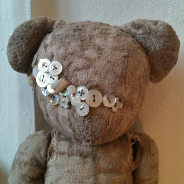 vintage teddy gets new eyes mother of pearl button collection régi maci mackó új szemeket kap gomb gyűjtemény fellvarrva