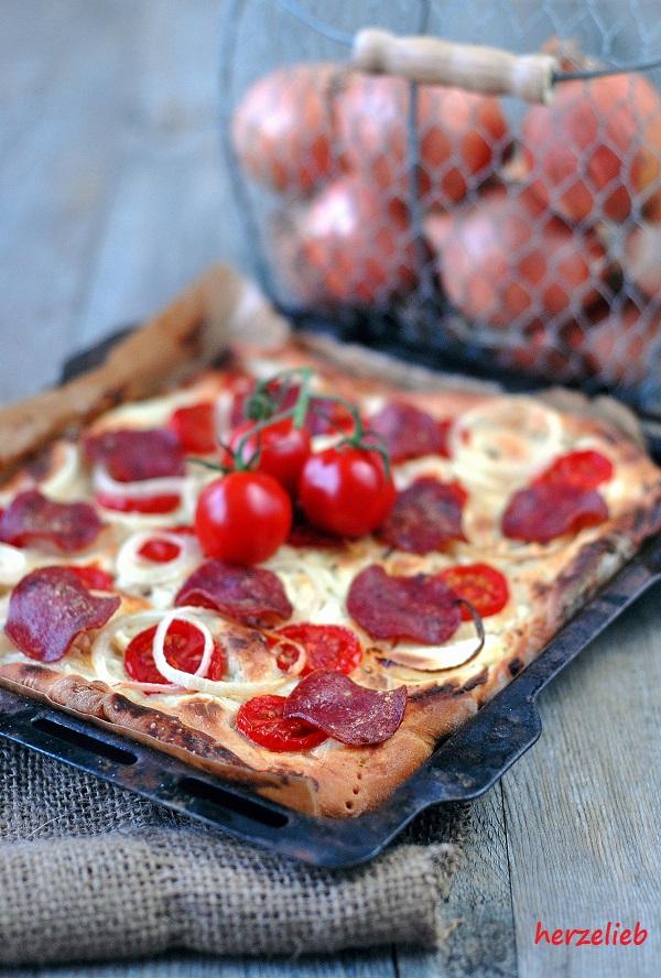 Salamipizza vom Blech - keine Tomatensoße. dafür mit Frischkäse