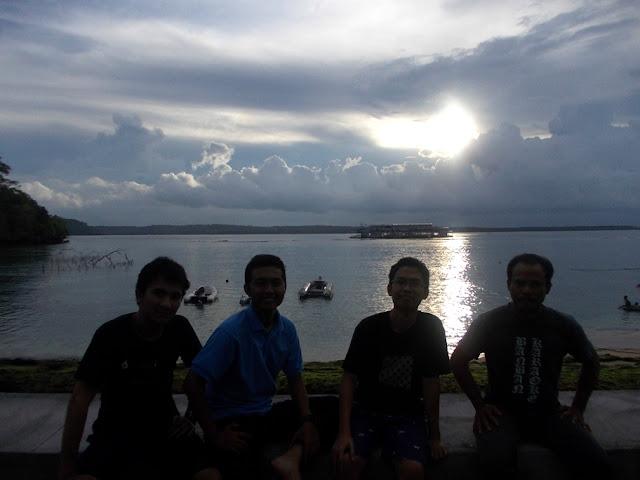 Di pinggir pantai Desa Toyapakeh bersama Bapak Mahmudin