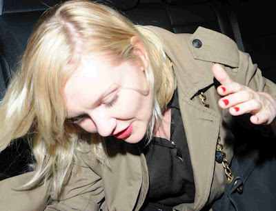 kirsten dunst bajando del carro