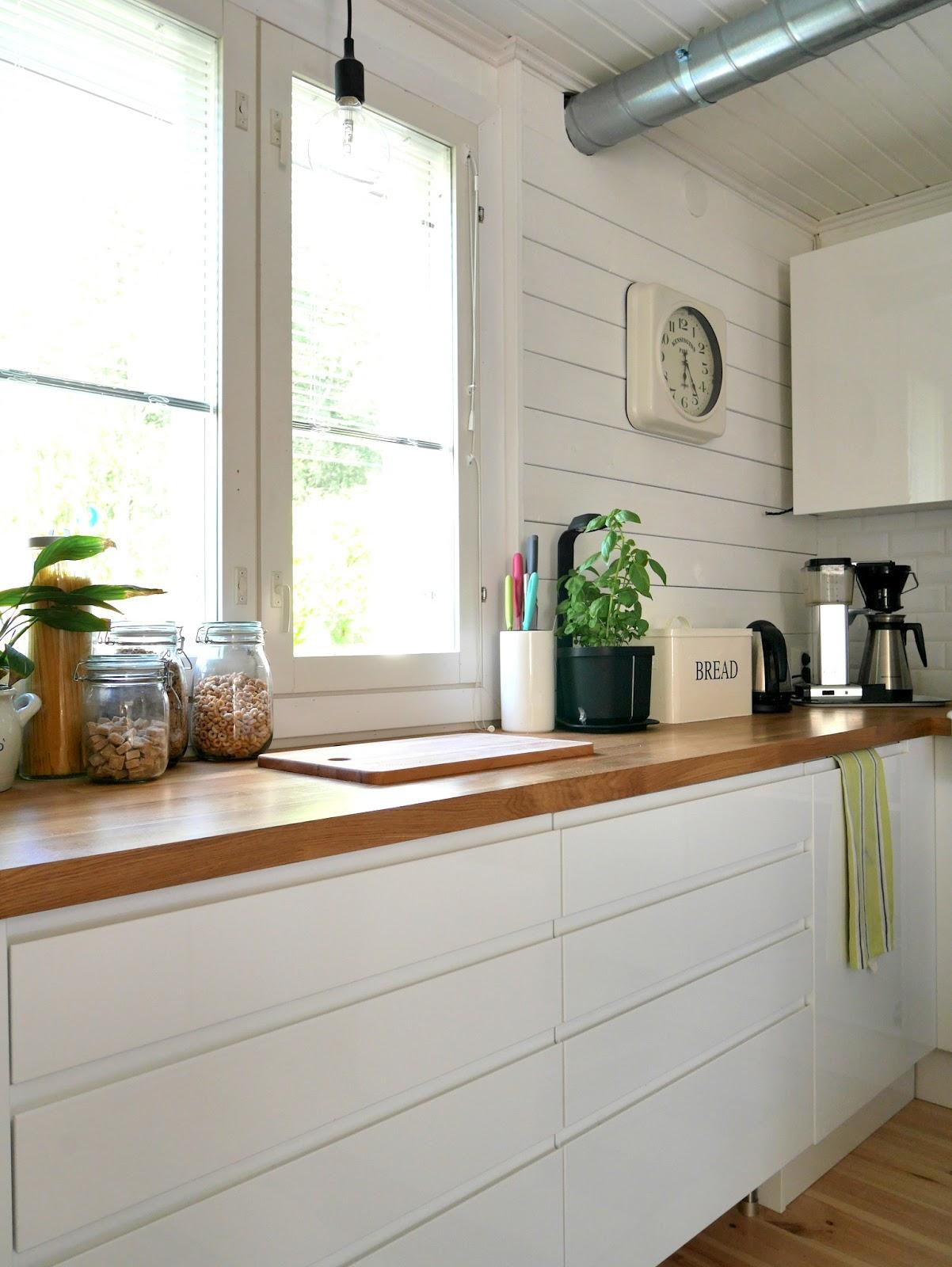 Poikittain asennettu paneelilaudoitus jatkuu keittiössä