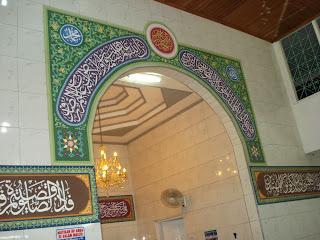 gambar kaligrafi masjid nailus sa'adah dengan teknik pengecatan di triplek dan ditempel di dinding masjid