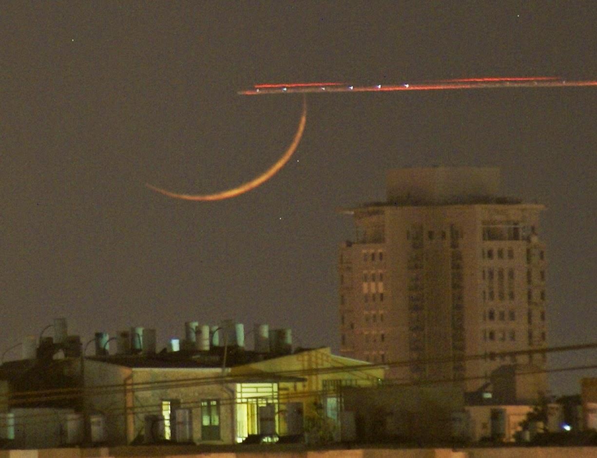 ירח חדש בשקיעה