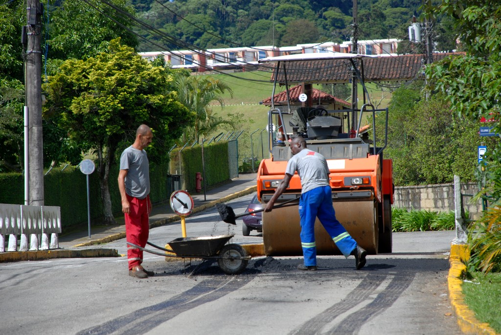 "Programa ""Asfalto na Porta"" chega às ruas do Comary"