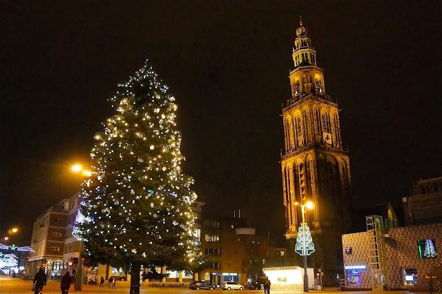 Afbeelding van de kerstboom op de Grote Markt in Groningen en de Martinitoren.