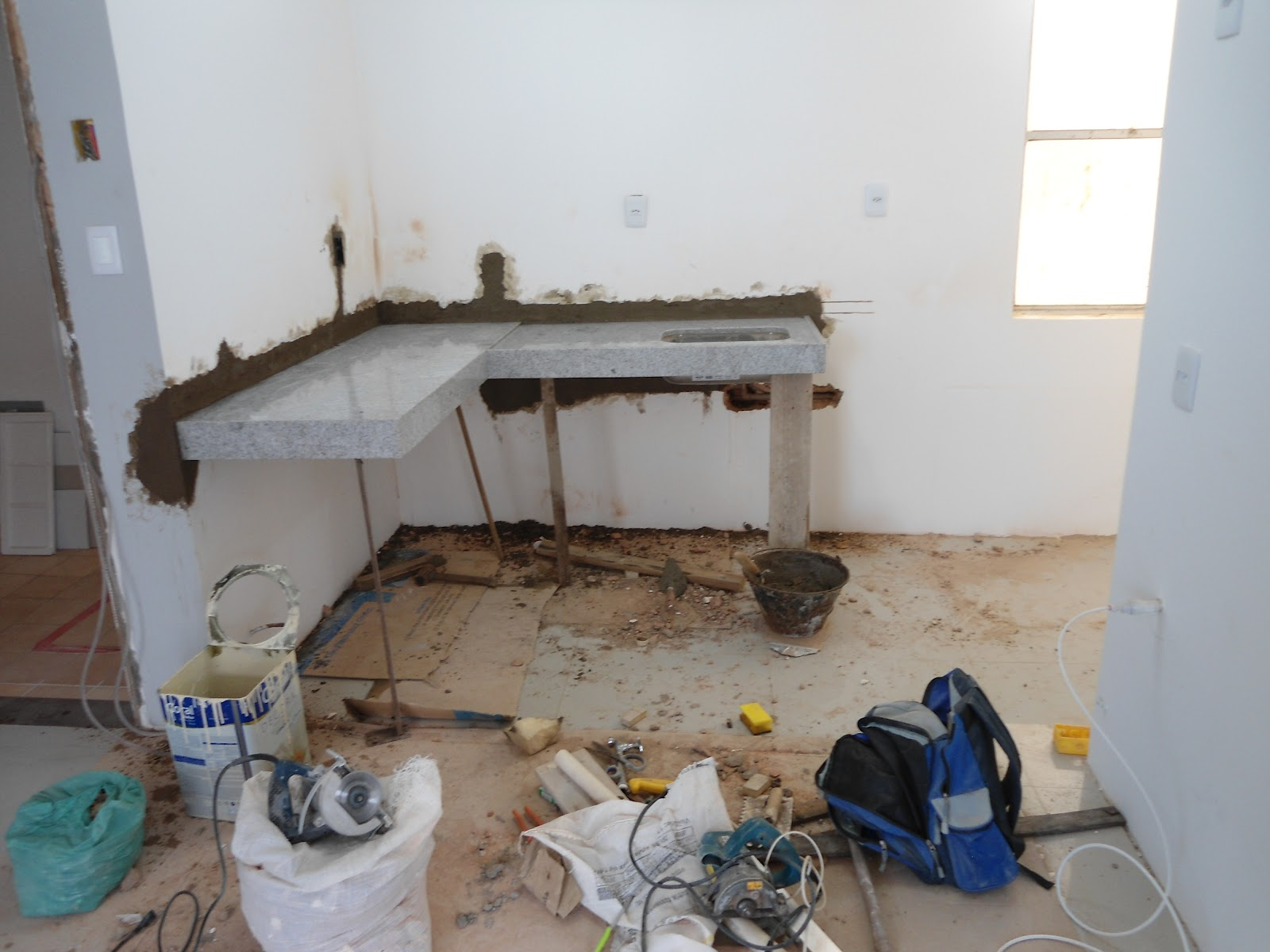 Bancada de cozinha em L de 1 50cm x 1 70cm ainda sem o corte do  #243C67 1600x1200 Balcão De Banheiro Em L