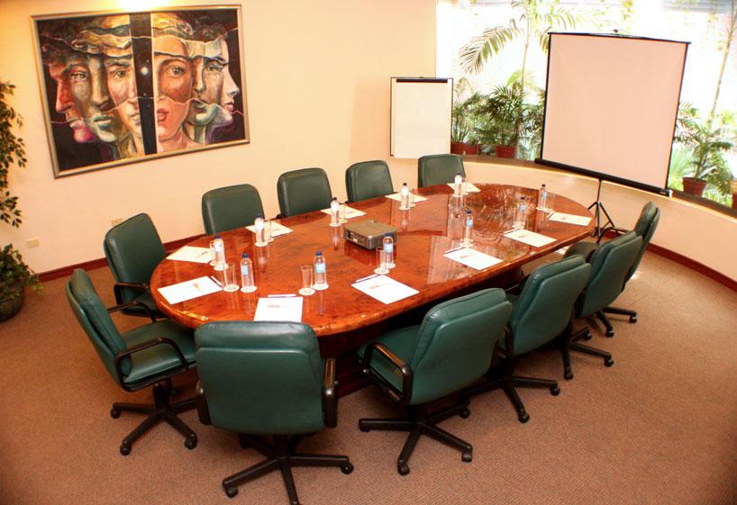 Eventos empresariales y tipo de montajes coordinova la for Mesa sala de reuniones