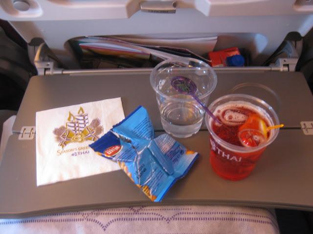 Kleiner Snack und Campari auf dem Hinflug