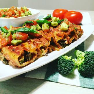 Lohi-pinaatticannellonit avokado-tomaattisalsalla
