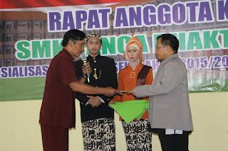 Serah terima siswa dari Ketua Komite Sekolah kepada Kepala Sekolah