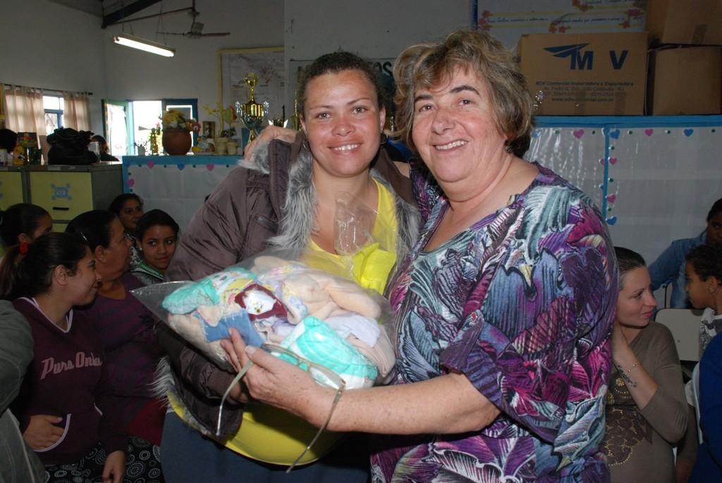 As futuras mamães ficaram satisfeitas com o presente recebido das mãos da secretária de Desenvolvimento Social, Graça Granito
