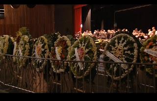 A morte do cantor sertanejo Cristiano Araújo e da namorada dele causou comoção. A madrugada de quinta-feira (25) teve despedida em Goiânia, onde os corpos estão sendo velados desde quarta. O enterro está marcado para 11h no Cemitério Jardim das Palmeiras, em Goiânia. Os corpos do cantor e da namorada chegaram ao Palácio da Música, no Centro Cultural Oscar Niemeyer na quarta à noite, onde milhares de pessoas se revezam para se despedir do cantor. Segundo a PM, mais de 30 mil pessoas passaram pelo local, entre fãs, familiares e amigos. No fim da madrugada o caixão com o corpo da namorada, Allana, foi retirado e levado para uma sala de velório do cemitério onde os dois serão enterrados. Muitos famosos já passaram pelo velório: o cantor Leonardo, Bruno; da dupla Bruno e Marrone; Mariano, da dupla Munhoz e Mariano; Rafael, da dupla Gabriel e Rafael; além de Israel Novaes, que recentemente gravou um DVD com a participação do Cristiano Araújo que ainda nem foi lançado.