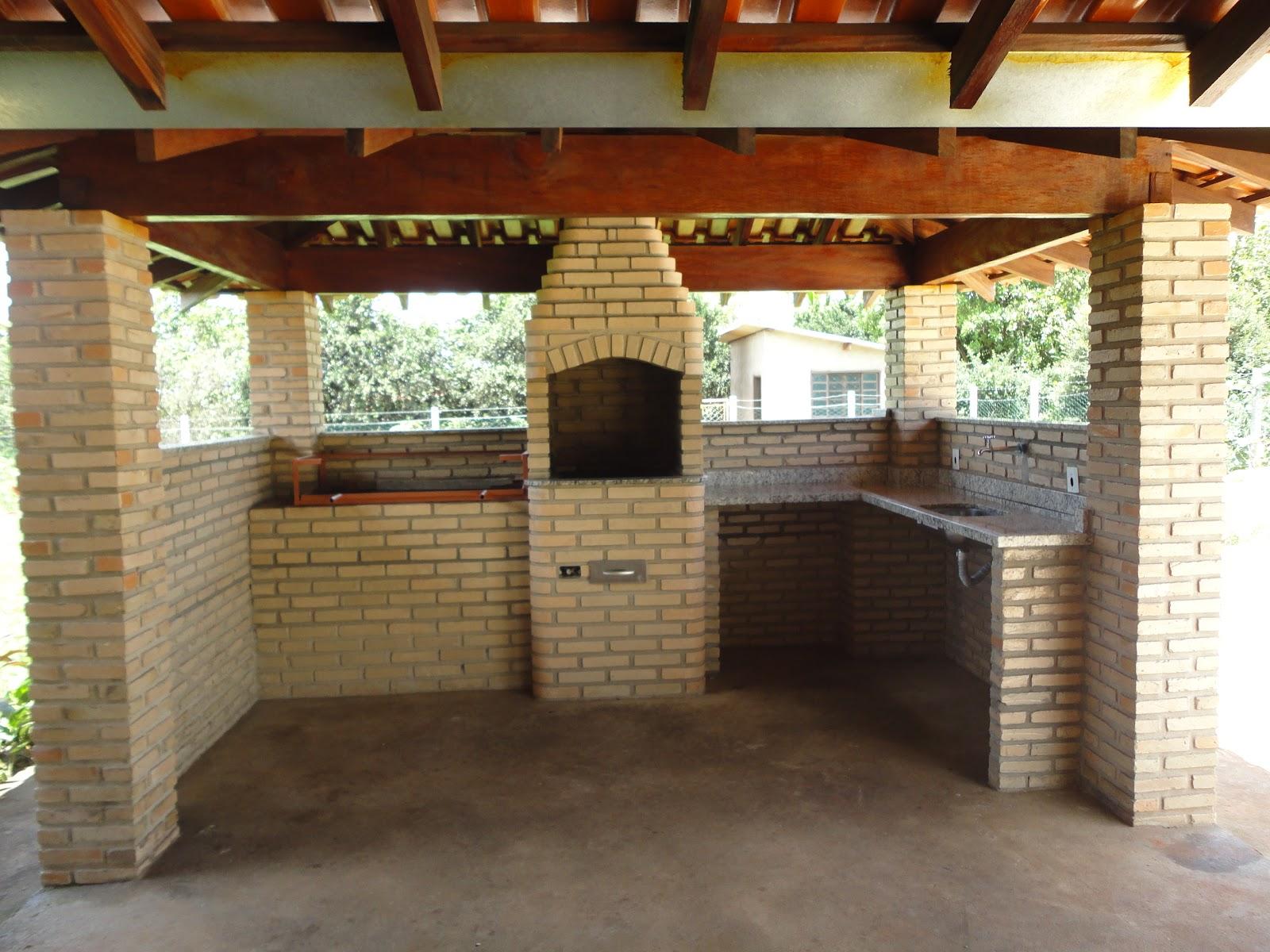 Quiosque com 2 churrasqueiras de alvenaria balcão e pia #6C3D20 1600x1200 Balcao Banheiro Fibra