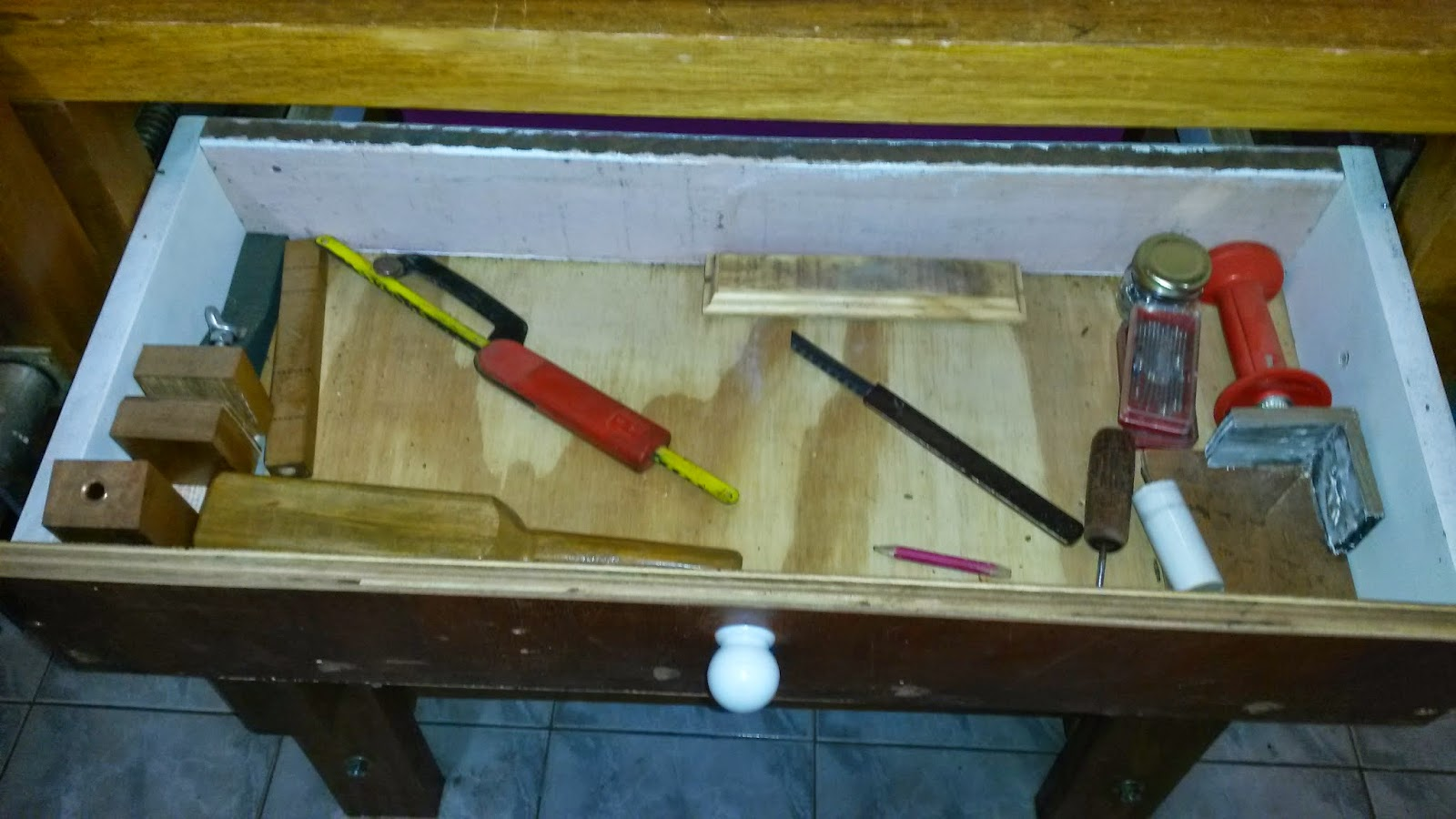 Aqui eu guardo as ferramentas que eu mesmo construí . mini torno  #694118 1600x900