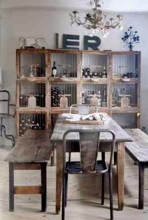 Stół drewniany rustykalny, vintage, stół z desek, industrialne, metalowe krzesło, regał drewniany z metalową siatką