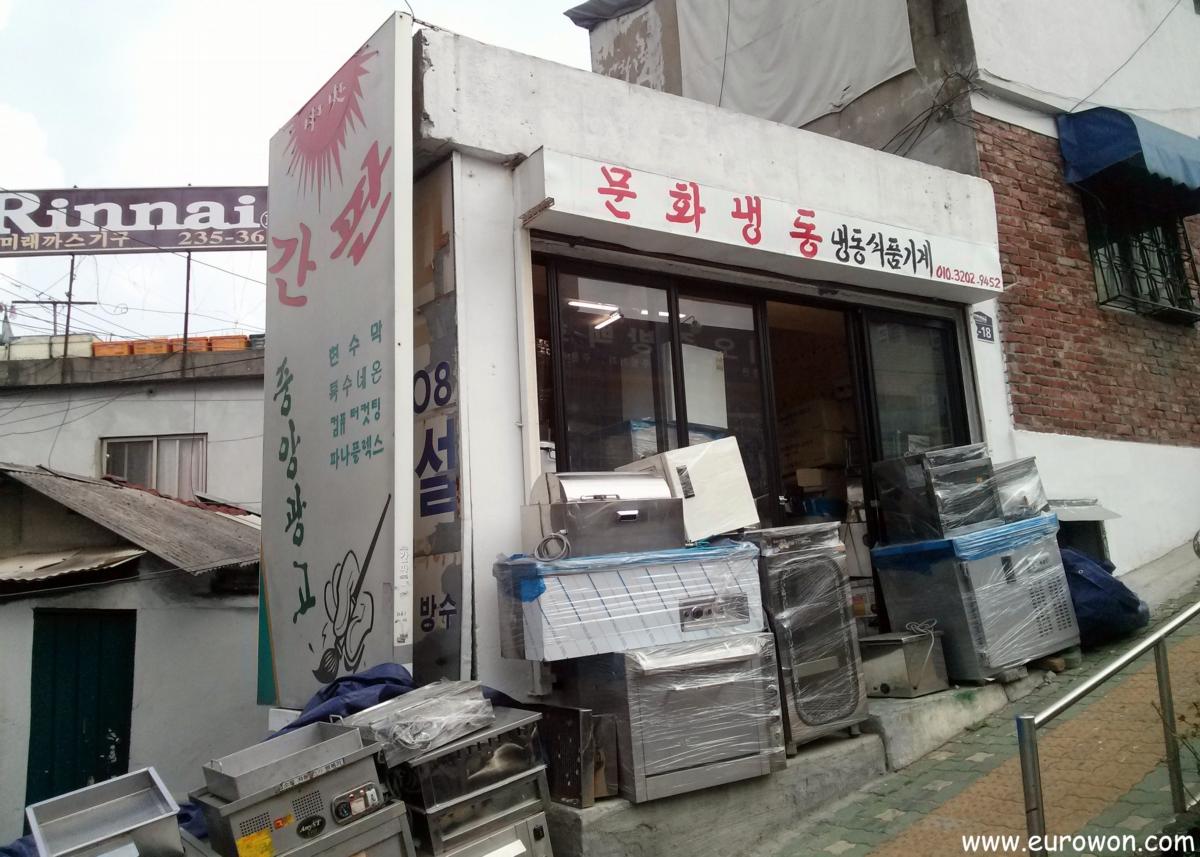 Tienda coreana con el cartel pintado a mano