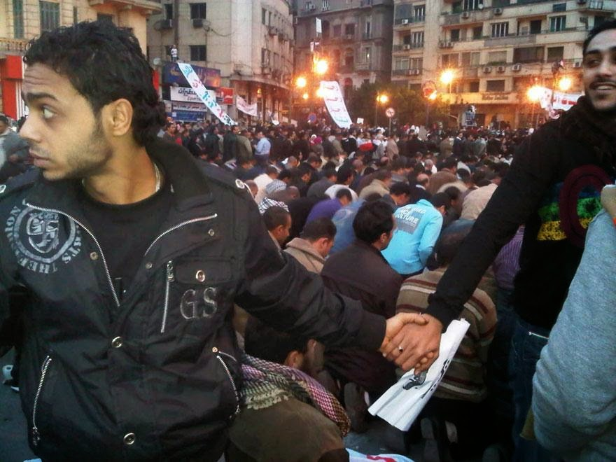 30 of the most powerful images ever - Christians protect Muslims during prayer in the midst of the 2011 uprisings in Cairo, Egypt
