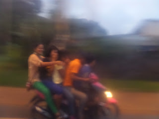 Naik motor berlima, naik motor berhujan