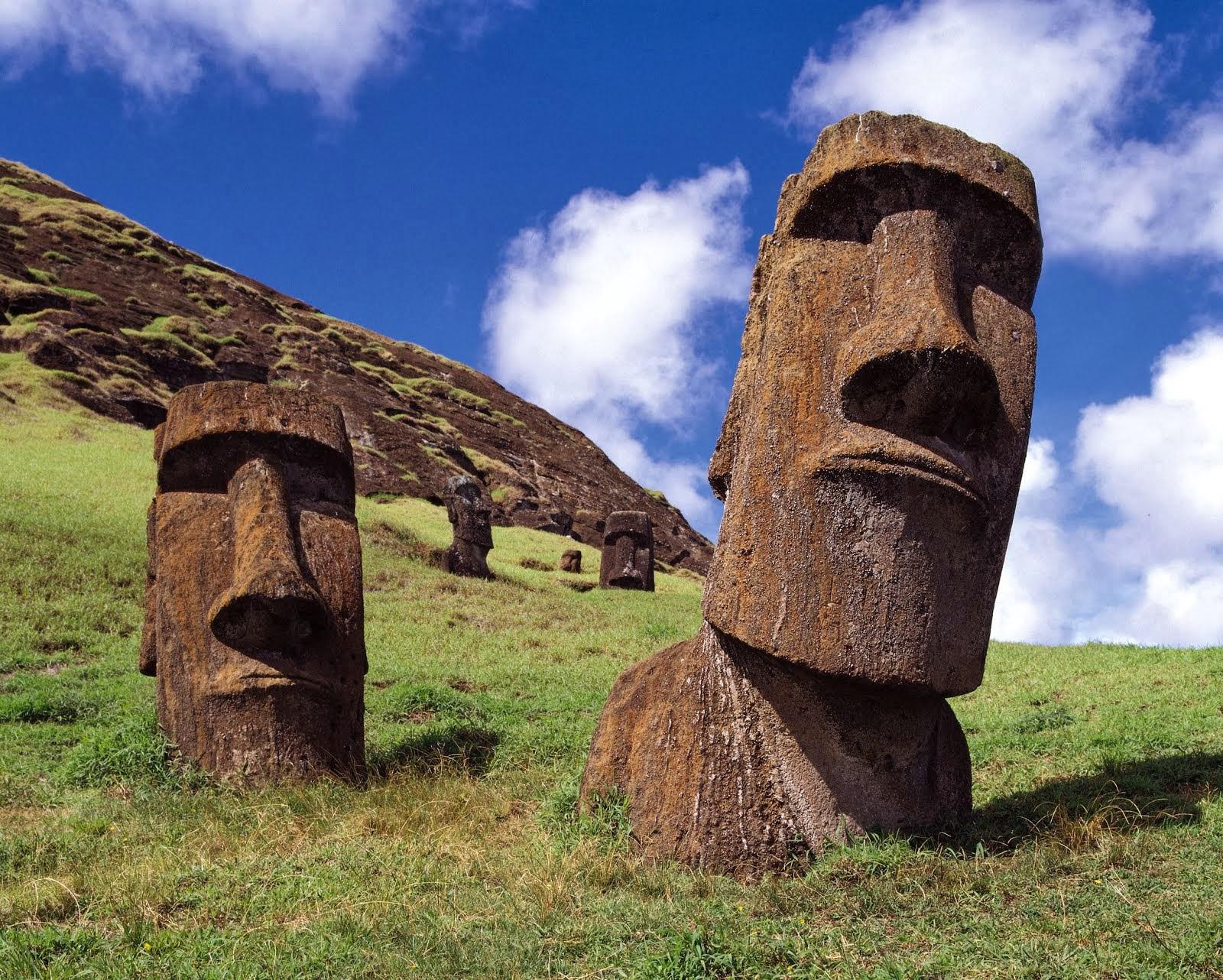 รูปหินแกะสลักหน้าคน Moai บนเกาะอีสเตอร์