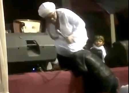 Ustad Hariri Ngamuk Kepala Operator Sound Diinjak Dengan Lutut