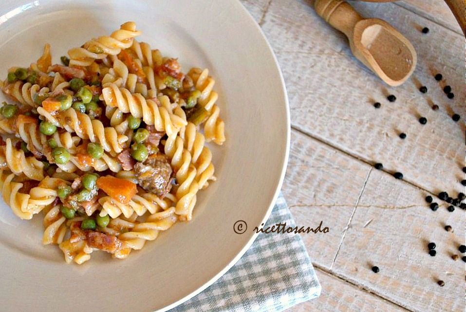 Pasta con ragù bianco di prosciutto e piselli ricetta di pasta con ragù leggero