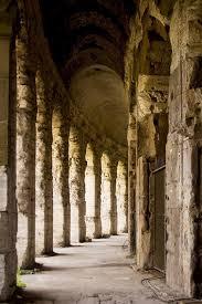 Ambulacro corridoio o galleria coperta come un portico per camminare, si può trovare vicino alle catacombe o nel perimetro di conventi, chiese o abbazie