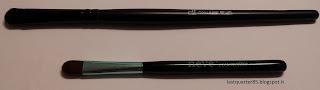 Pennello Ombretto Piccolo set Aqua a confronto con il pennello da correttore di Elf linea Studio (in alto).