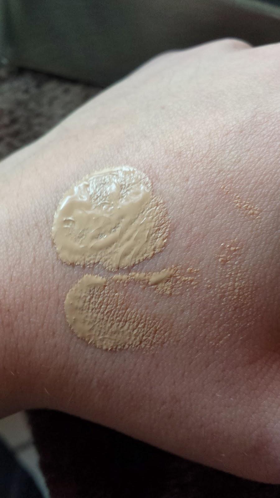 texture et couleur de la crème swatch sur ma main de la CC Cream 123 perfect de chez Bourjois