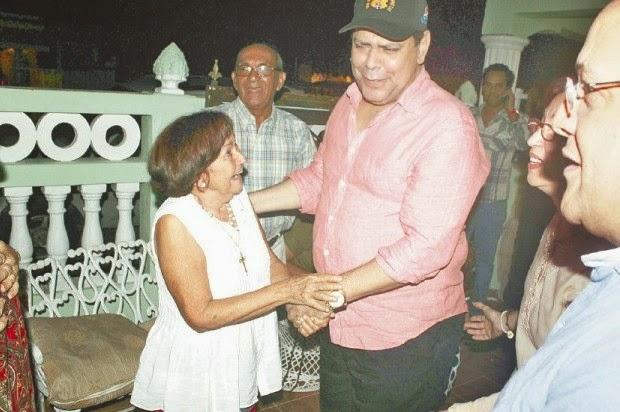 """""""Ay mi madre!.. me va a dar un infarto"""", fue la reacción de doña Mercedes Dominica Melo Contreras, cuando vio frente a ella a Fernando Villalona. Esa sorpresa la calificó como el mejor regalo de su 75 años cumplidos""""."""