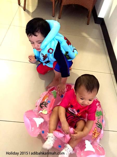 Amir Khalif dan Amina Sofia dah ready nak mandi kolam Bayou Resort