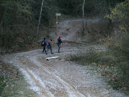 Travessant el Torrent del Pont Gran amb el camí ben blanc del calabruix