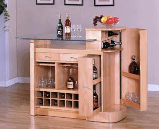 Móvel bar pequeno, em madeira clara