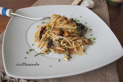 Pasta integrale con funghi e pinoli al cartoccio ricetta light con pasta integrale