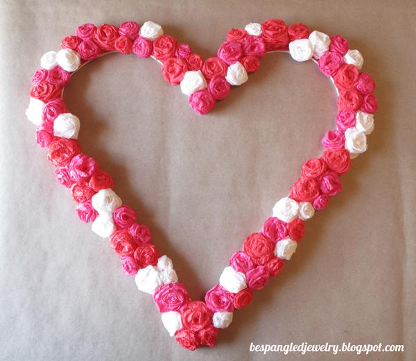 Сердце из помпонов из гофрированной бумаги