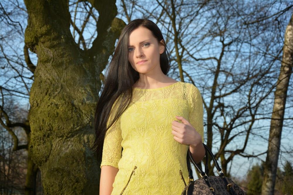 zolta sukienka z koronka