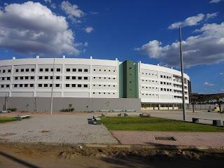 Imponente prédio do Centro Multifuncional em Juazeiro do Norte.