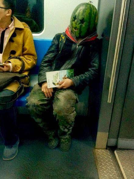 O incrível homem cabeça de melancia de Beijing