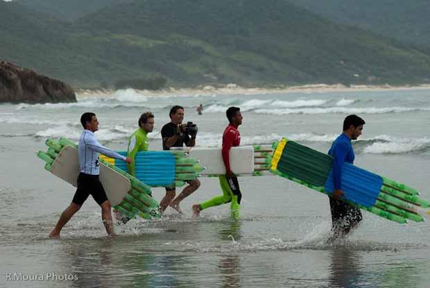 Prancha de surf ecológica usa garrafas PET