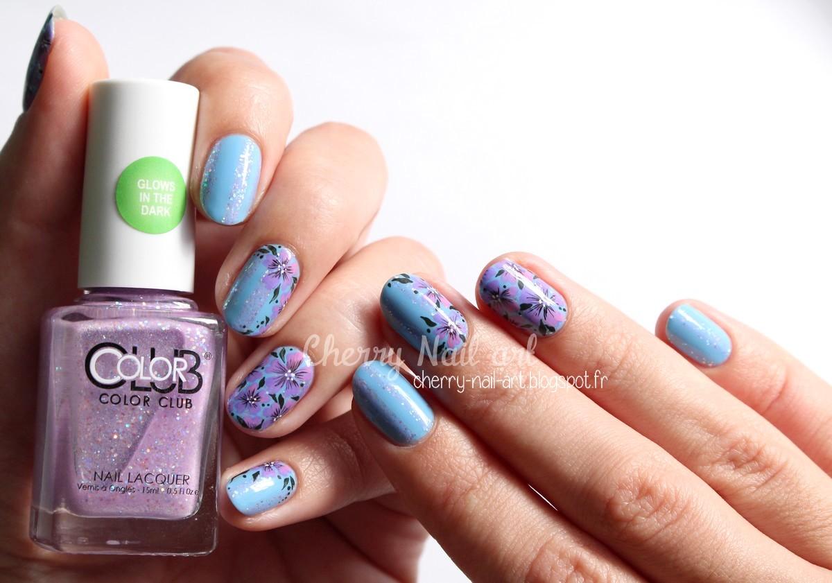 nail art petites fleurs et lignes phosphorescentes