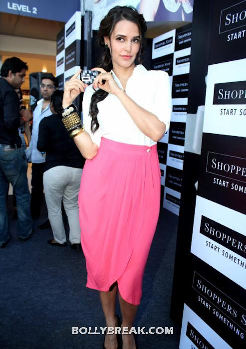 Neha dhupia shopper's stop -  Neha Dhupia at 'Shoppers Stop' Gift Card Launch