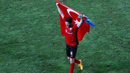 Javid Huseynov mostrou a bandeira da Turquia durante partida no Chipre, pela Liga Europa