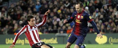 Iniesta regatea aun jugador del Athletic