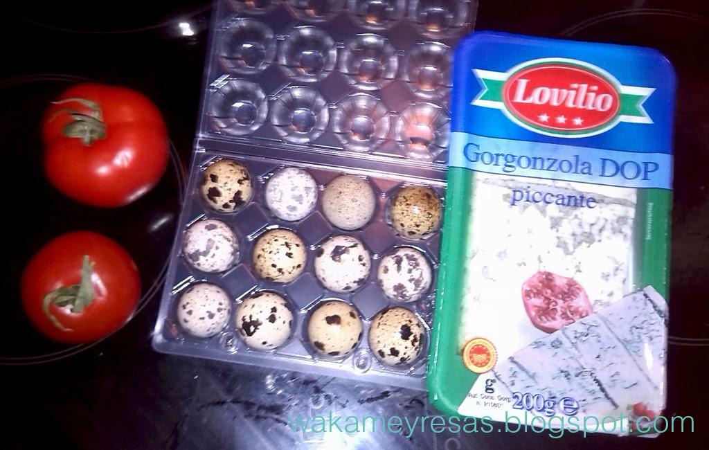 tomate, huevos de codorniz y gorgonzola