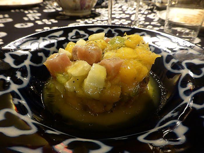 Ceviche di tonno, kiwi, mango e zenzero.